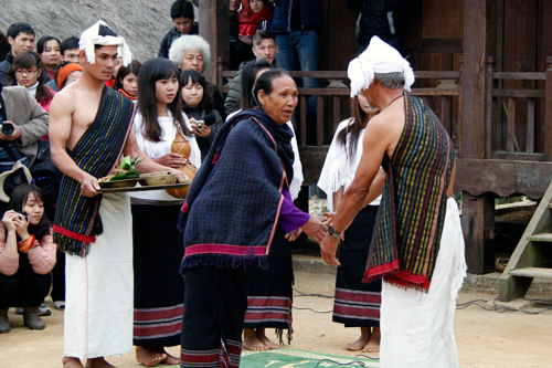 Phong tục độc đáo của người Chu Ru – Lâm Đồng