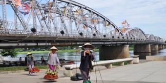 Những món ăn dẫn dã trên gánh hàng rong xứ Huế